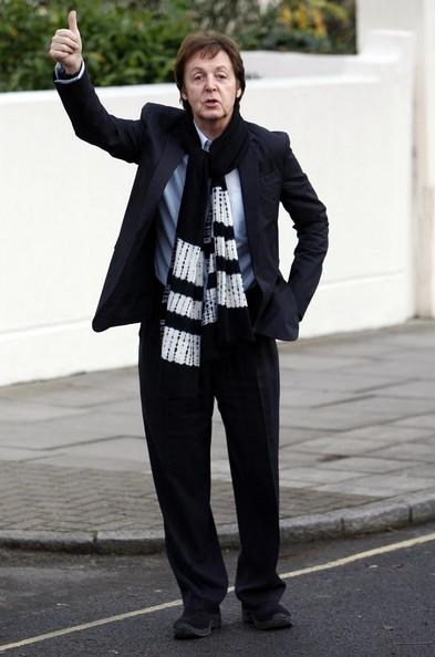 Klicke auf die Grafik f�r eine gr��ere Ansicht  Name:Paul+McCartney+Giving+Thumbs+Up+9whjvpcxf_Ml.jpg Hits:41 Gr��e:50,4 KB ID:81974